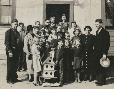 Welander School students with a birdhouse in 1938.